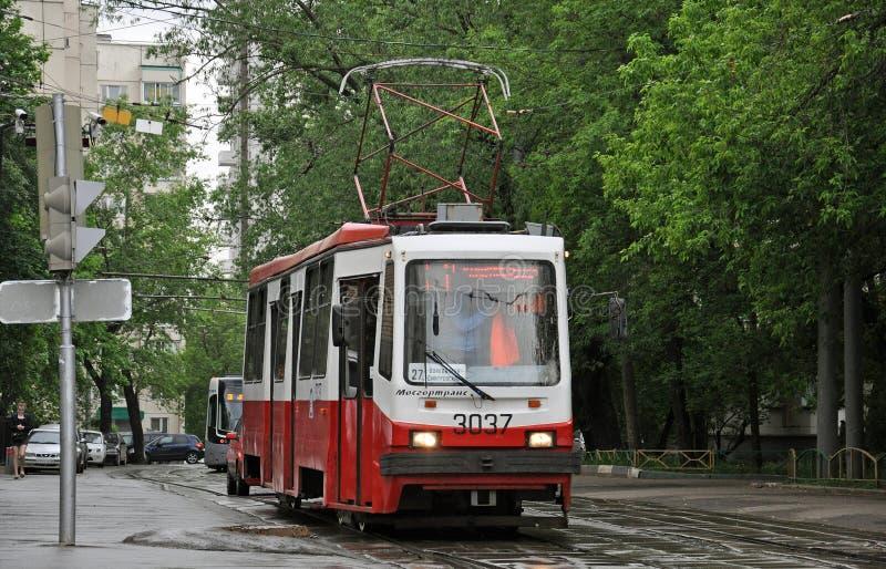ΜΟΣΧΑ, ΡΩΣΙΑ - 28 05 2015 Το τραμ είναι στην οδό στη βροχή στοκ εικόνα με δικαίωμα ελεύθερης χρήσης