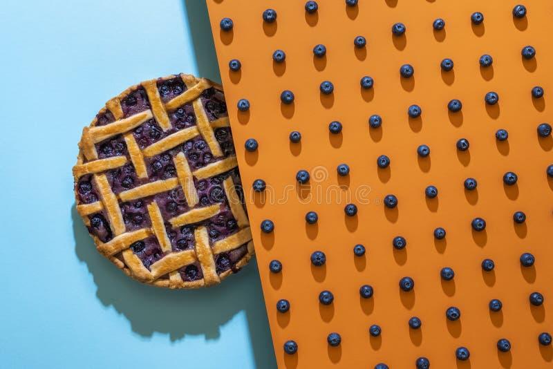 Μοτίβο με βατόμουρα και πίτα με βατόμουρο με φλοιό στοκ φωτογραφίες