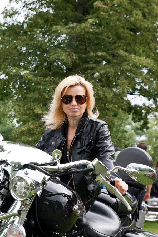 μοτοσικλέτα κοριτσιών ποδηλατών στοκ εικόνες