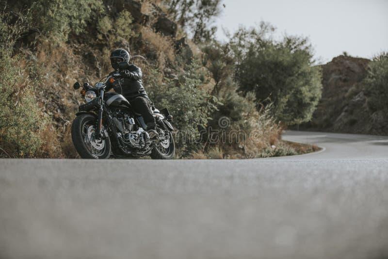 Μοτοσικλέτα που ανοίγει έναν δρόμο βουνών στοκ εικόνα