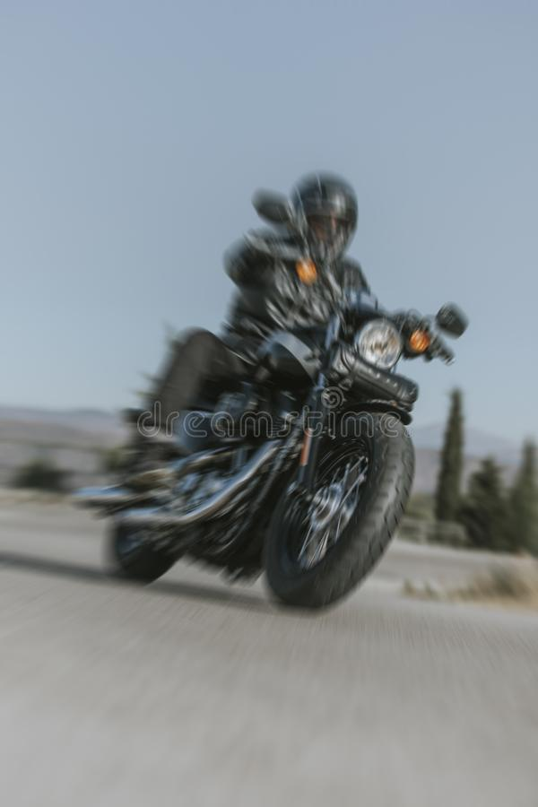 Μοτοσικλέτα που ανοίγει το δρόμο με την επίδραση ζουμ και τη γρήγορη αίσθηση στοκ φωτογραφίες με δικαίωμα ελεύθερης χρήσης