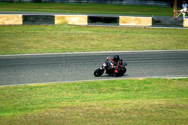 Μοτοσικλέτα που συναγωνίζεται στη διαδρομή στοκ φωτογραφίες με δικαίωμα ελεύθερης χρήσης