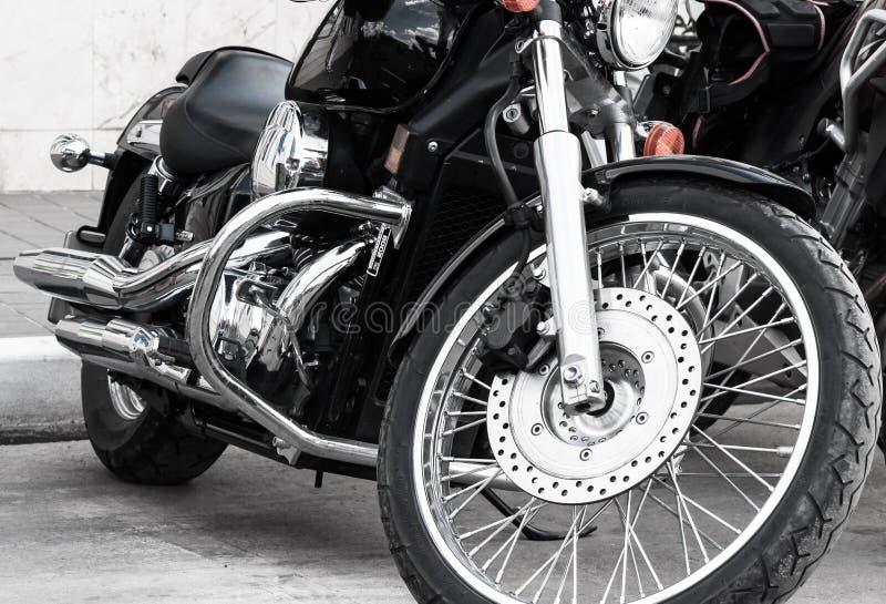Μοτοσικλέτα στους αμερικανικούς κανόνες μεγάλη μπροστινή ρόδα με πολλά spokes στοκ φωτογραφία