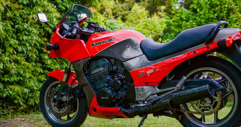 Μοτοσικλέτα Kawasaki GPZ 900 από τον κινηματογράφο του Top Gun που φωτογραφίζεται υπαίθριο στο πάρκο στοκ εικόνες με δικαίωμα ελεύθερης χρήσης