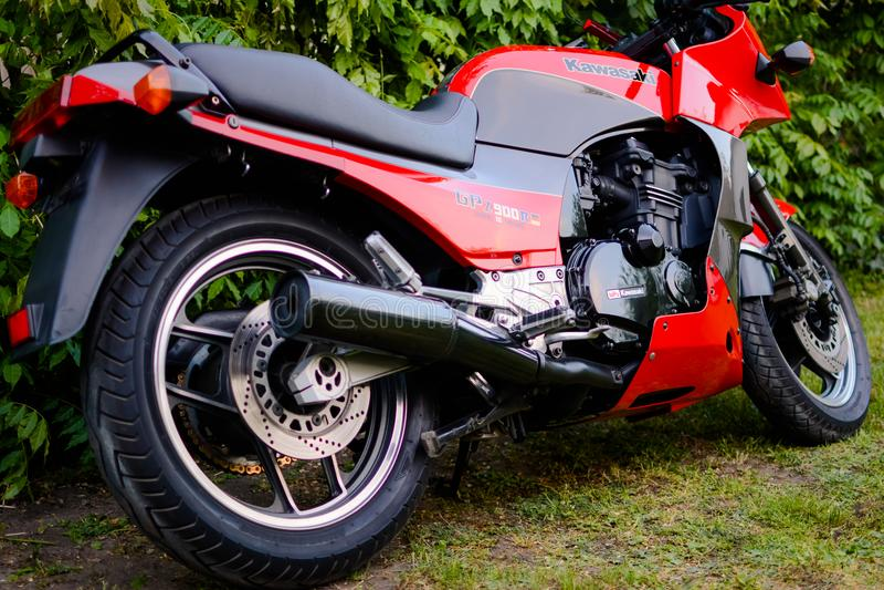 Μοτοσικλέτα Kawasaki GPZ 900 από τον κινηματογράφο του Top Gun που φωτογραφίζεται υπαίθριο στο πάρκο στοκ φωτογραφία με δικαίωμα ελεύθερης χρήσης