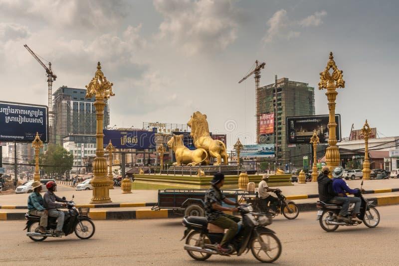 Μοτοσικλέτες που περιβάλλουν τη χρυσή διασταύρωση κυκλικής κυκλοφορίας λιονταριών, Sihanoukville Καμπότζη στοκ φωτογραφία