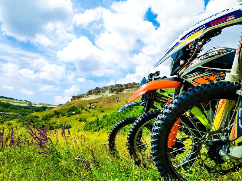 Μοτοσικλέτες που στέκονται ενάντια στο σκηνικό των βουνών στοκ εικόνες με δικαίωμα ελεύθερης χρήσης