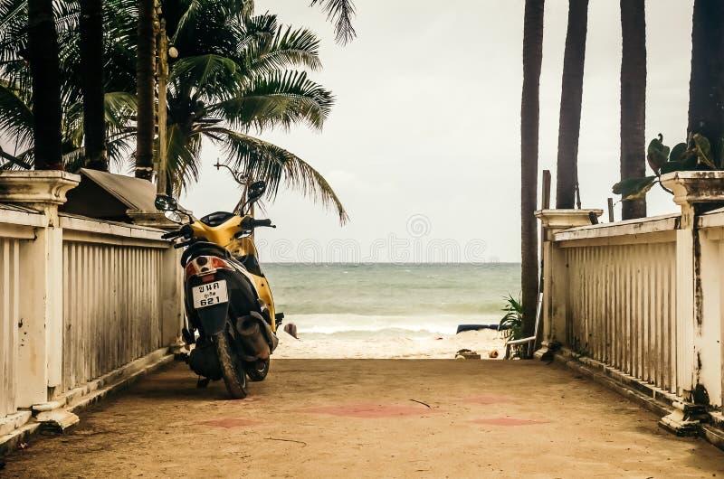Μοτοσικλέτα που σταθμεύουν στο υπόβαθρο του ωκεανού στοκ εικόνες