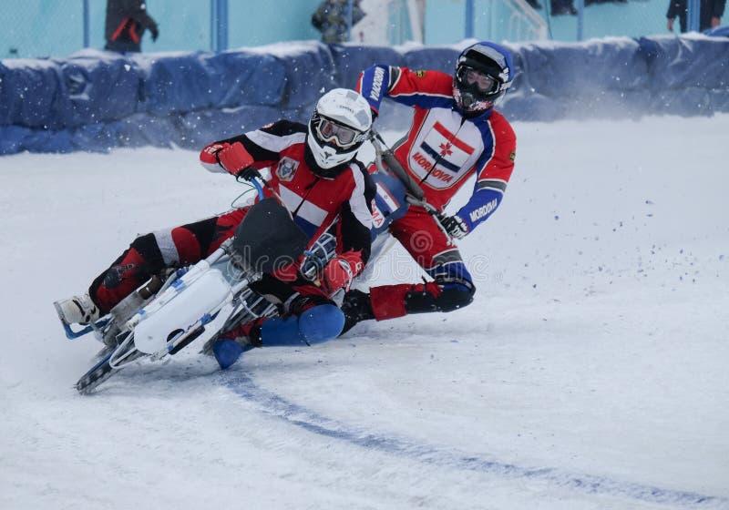 Μοτοσικλέτα που συναγωνίζεται στον πάγο στοκ φωτογραφίες