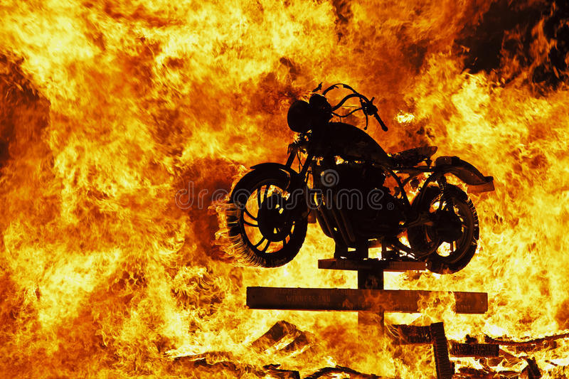 Μοτοσικλέτα στην πυρκαγιά στοκ φωτογραφία