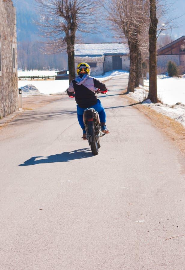 Μοτοσυκλετιστής το χειμώνα στοκ φωτογραφίες