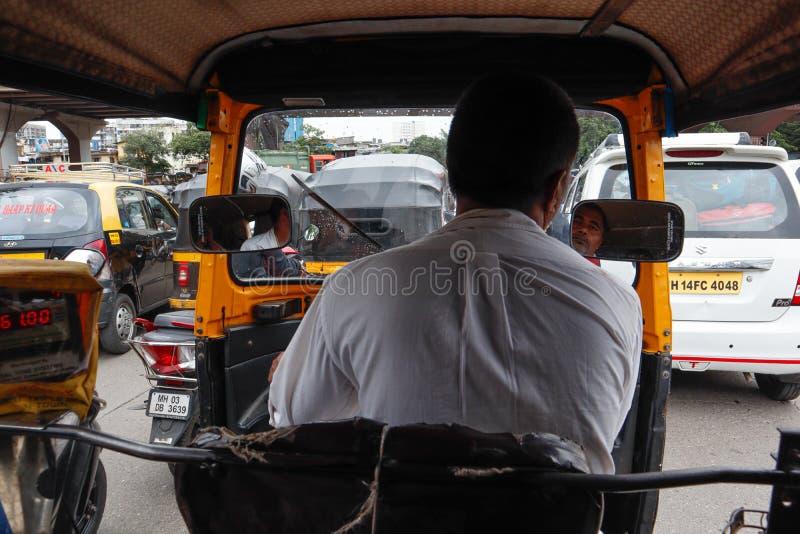 Μουμπάι, Ινδία, 8-6, 2019: Τρεις οδηγοί αυτοκινήτων Auto Rickshaw αντιμετωπίζουν πτώση στις επιχειρήσεις τους λόγω της ολίσθησης  στοκ εικόνα