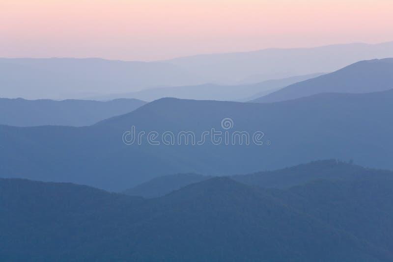 μουντό βουνό χαραυγών στοκ εικόνες