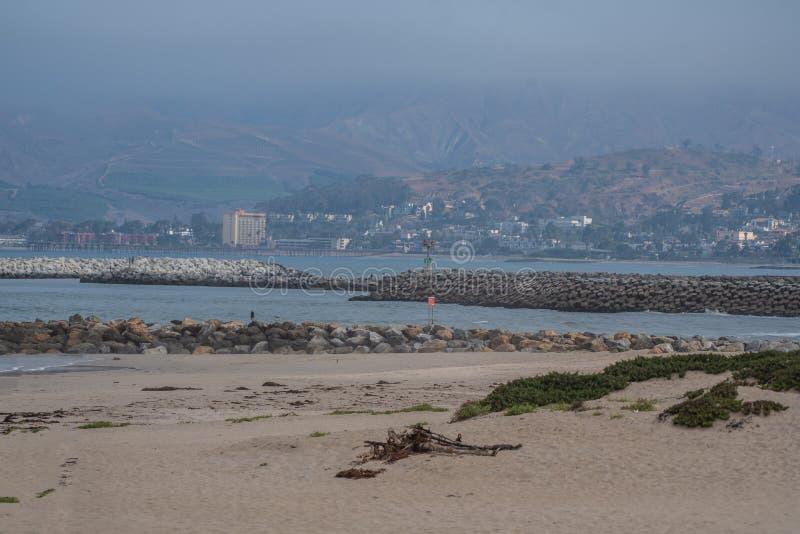 Μουντό θερινό πρωί στην ακτή στοκ φωτογραφία