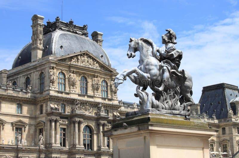 Μουσείο και ο Louis XIV του Λούβρου ιππικό άγαλμα στοκ φωτογραφία με δικαίωμα ελεύθερης χρήσης
