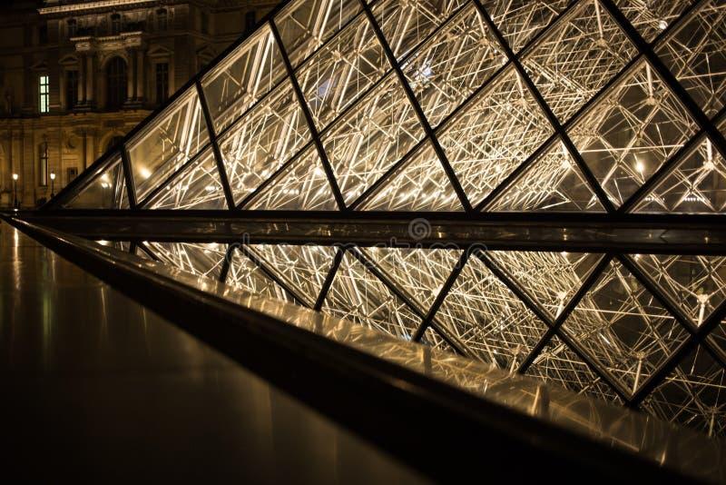 Μουσείο πυραμίδων του Λούβρου στο φως του Παρισιού τη νύχτα, Musee du Λούβρο, Γαλλία στοκ φωτογραφίες