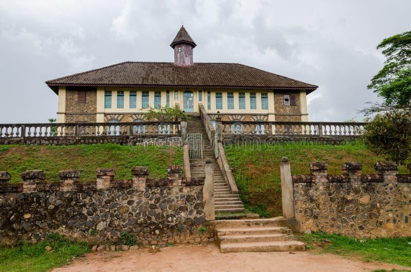 Μουσείο στο παραδοσιακό παλάτι του Fon Bafut με τα κτήρια τούβλου και κεραμιδιών και το περιβάλλον ζουγκλών, Καμερούν, Αφρική στοκ φωτογραφία με δικαίωμα ελεύθερης χρήσης