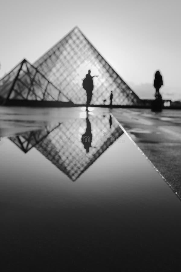 Μουσείο του Λούβρου με την αντανάκλαση it's σε γραπτό στοκ εικόνες