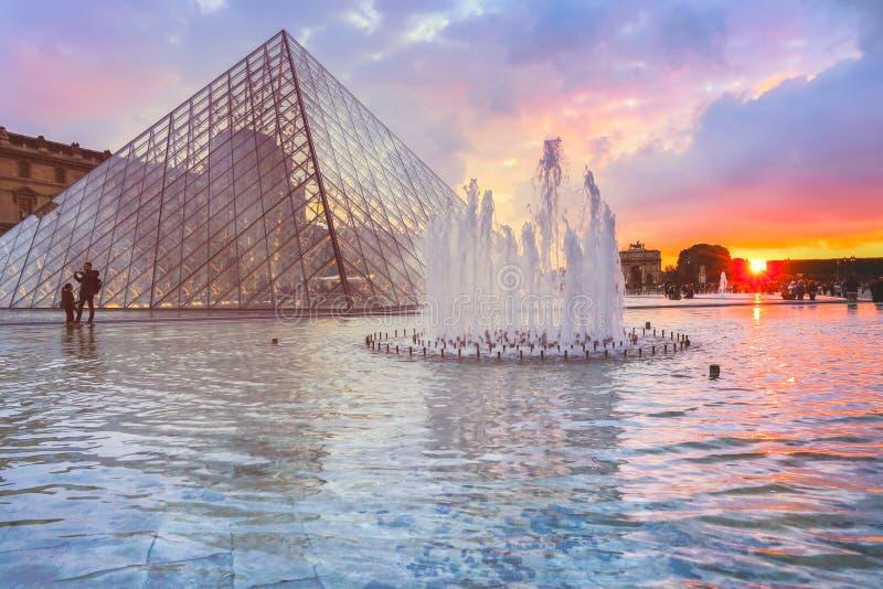 Μουσείο του Λούβρου στο ηλιοβασίλεμα το καλοκαίρι στοκ εικόνες