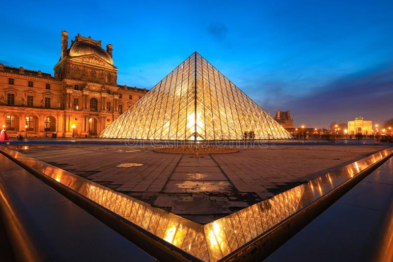 Μουσείο του Λούβρου στο λυκόφως το χειμώνα στοκ φωτογραφία με δικαίωμα ελεύθερης χρήσης