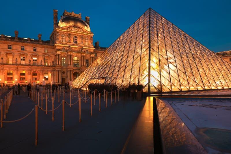 Μουσείο του Λούβρου στο λυκόφως το χειμώνα στοκ εικόνες