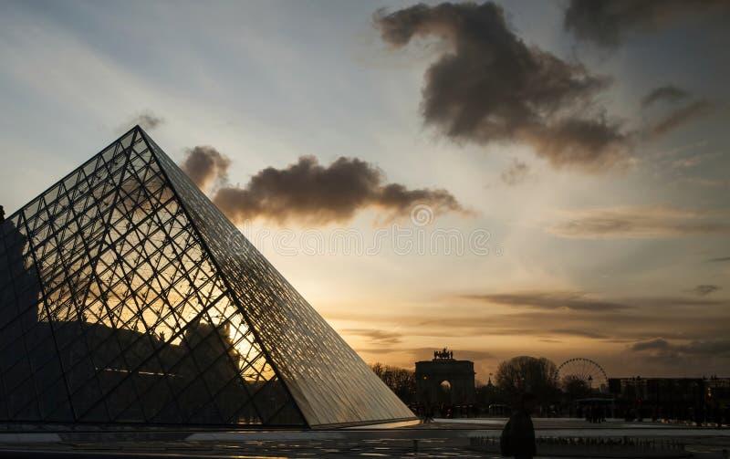 Μουσείο του Λούβρου στο λυκόφως στοκ φωτογραφίες