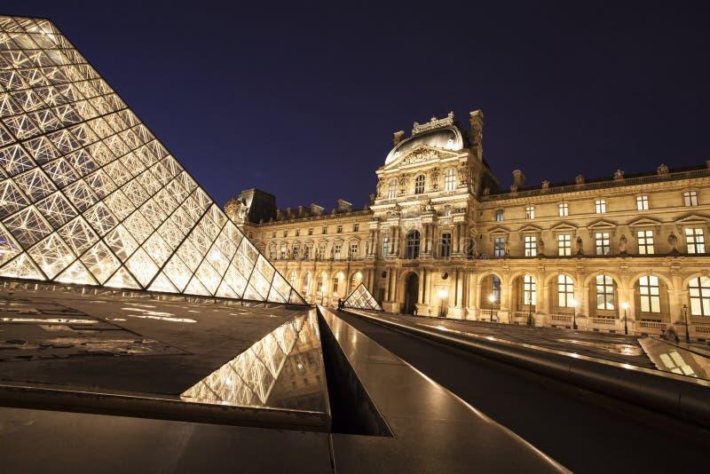 Μουσείο του Λούβρου στο λυκόφως στοκ εικόνα με δικαίωμα ελεύθερης χρήσης
