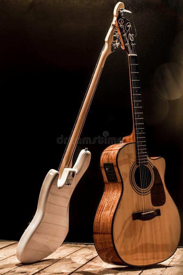 μουσικά όργανα, ακουστική κιθάρα και βαθιά κιθάρα και τύμπανα οργάνων κρούσης στοκ εικόνες