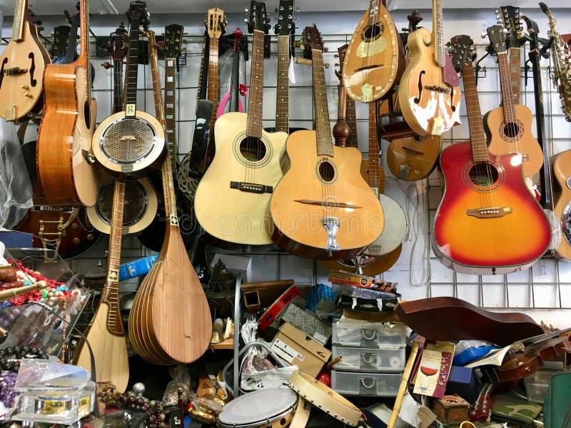 Μουσικά όργανα καταστημάτων παλιοπραγμάτων στοκ φωτογραφίες