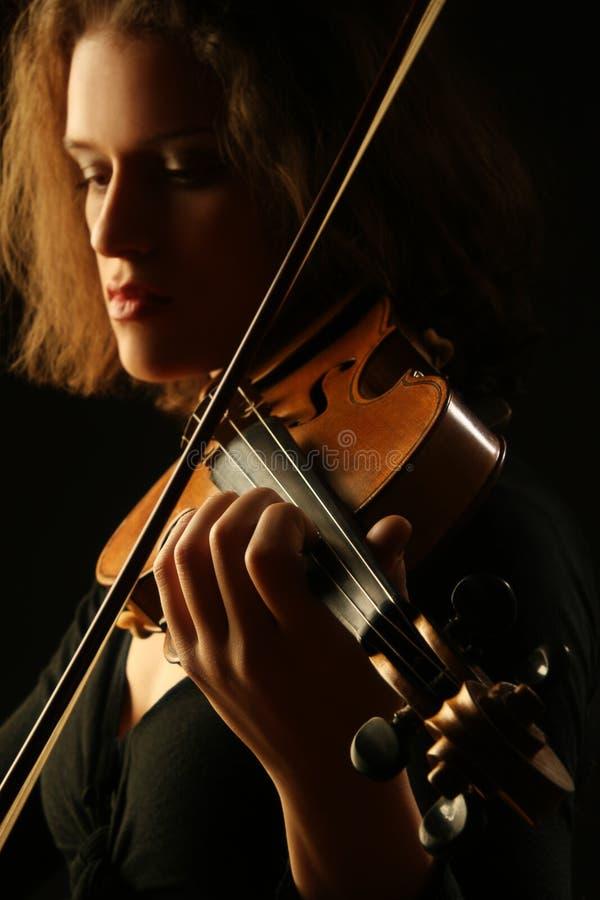 Μουσικά όργανα που παίζουν την κινηματογράφηση σε πρώτο πλάνο βιολιών στοκ εικόνα