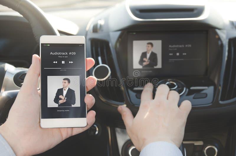 μουσική ακούσματος Έξυπνο τηλέφωνο που συνδέεται με το ακουστικό σύστημα αυτοκινήτων στοκ εικόνα με δικαίωμα ελεύθερης χρήσης