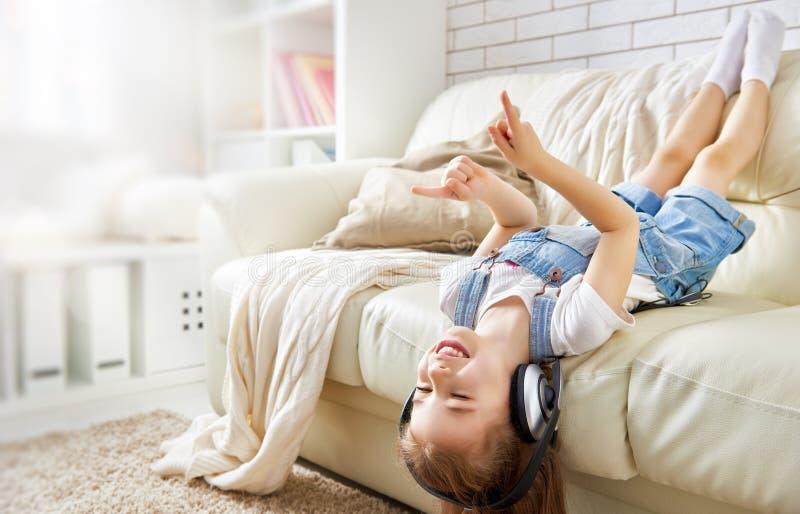 μουσική ακούσματος κοριτσιών στοκ φωτογραφίες με δικαίωμα ελεύθερης χρήσης