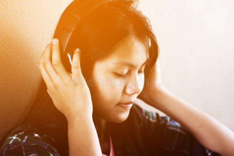 Μουσική ακούσματος κοριτσιών στοκ φωτογραφία