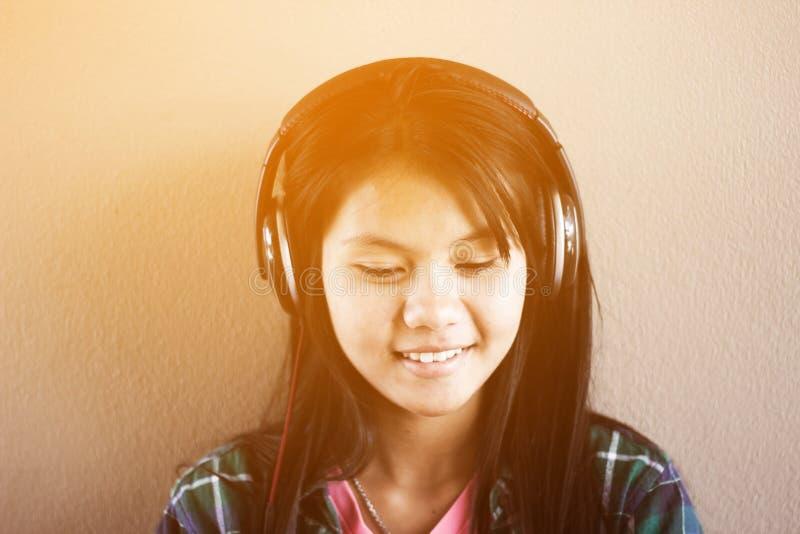 Μουσική ακούσματος κοριτσιών στοκ φωτογραφίες
