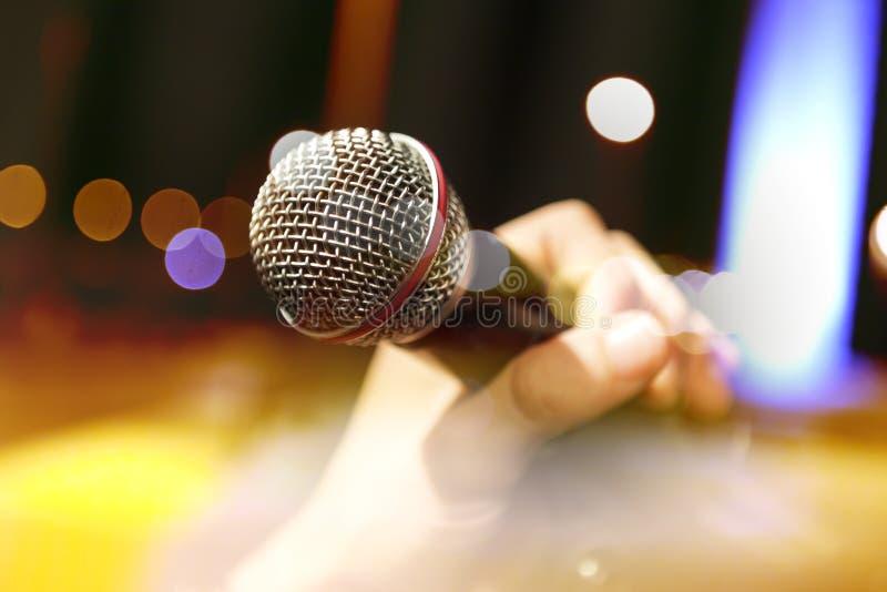 Μουσική ανασκόπηση Mic και τραγουδιστής στοκ φωτογραφία με δικαίωμα ελεύθερης χρήσης