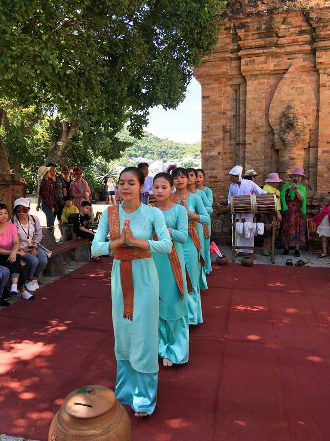 Μουσική απόδοση κοντά στους αρχαίους Po Nagar Cham πύργους στοκ φωτογραφία