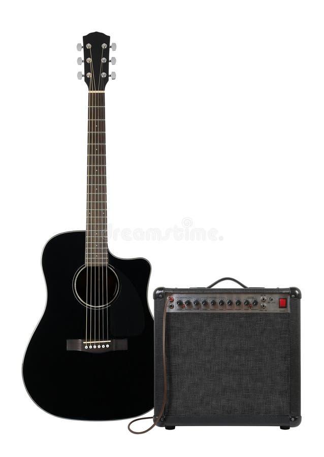 Μουσική και ήχος - μαύρος ηλεκτρο ακουστικός κιθάρα, ενισχυτής και γ στοκ φωτογραφία με δικαίωμα ελεύθερης χρήσης