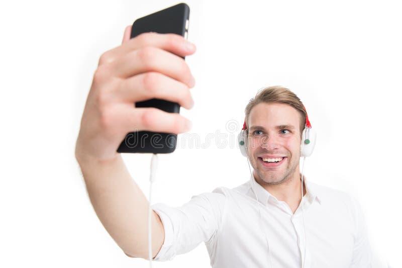 Μουσική πάντα με με Ο τύπος με τα ακουστικά ακούει μουσική Αγαπημένο τραγούδι ακούσματος ατόμων ευτυχές στα ακουστικά με το smart στοκ φωτογραφίες με δικαίωμα ελεύθερης χρήσης