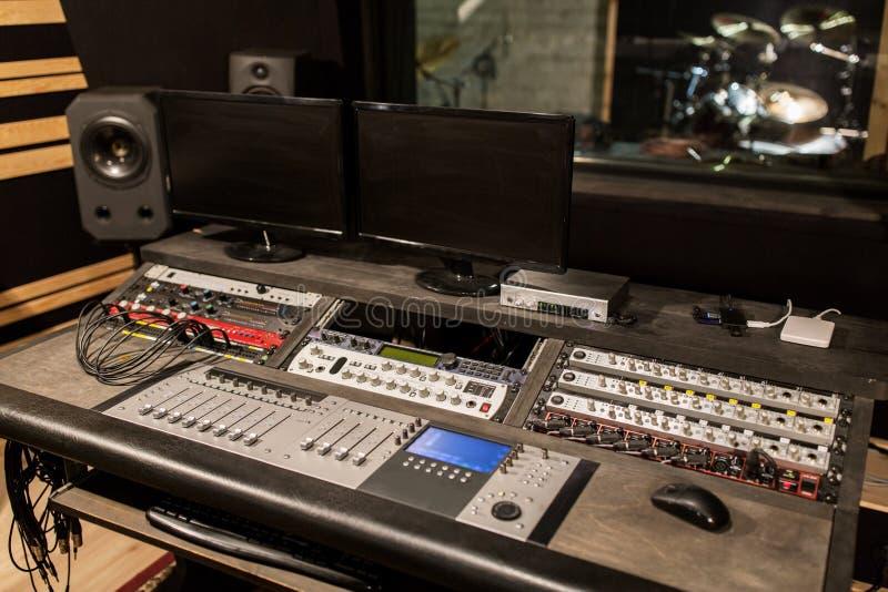 Μουσική που αναμιγνύει την κονσόλα στο στούντιο υγιούς καταγραφής στοκ φωτογραφία με δικαίωμα ελεύθερης χρήσης