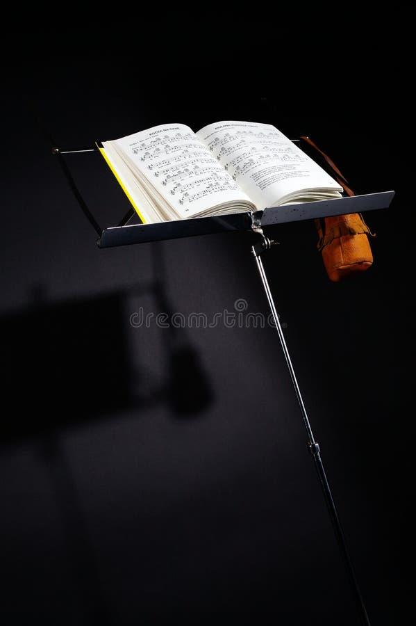 Μουσική στάση σημειώσεων με τη σκιά στοκ εικόνα με δικαίωμα ελεύθερης χρήσης