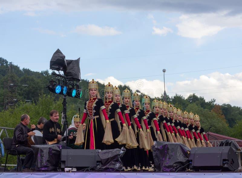 Μουσικοί και θηλυκή σύνθεση του κρατικού ακαδημαϊκού συνόλου λαϊκού χορού Adygeya Nalmes στο φεστιβάλ του chee του Τσερκέζου στοκ εικόνες