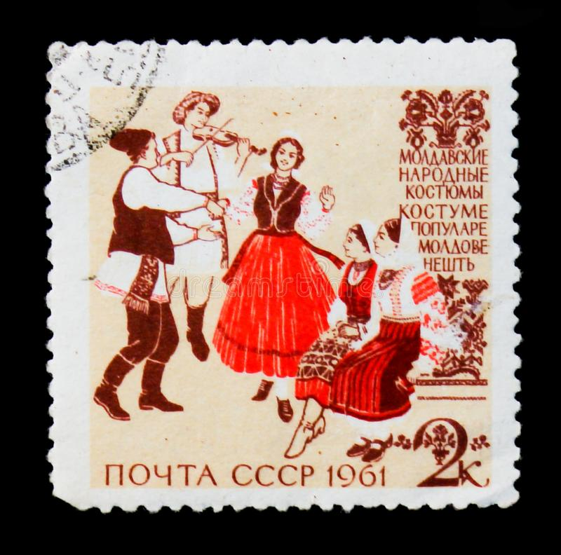 Μουσικοί και χορευτές στα μολδαβικά παραδοσιακά και ιστορικά λαϊκά κοστούμια, από τα λαϊκά κοστούμια ` σειράς ` Circa 1961 στοκ εικόνες