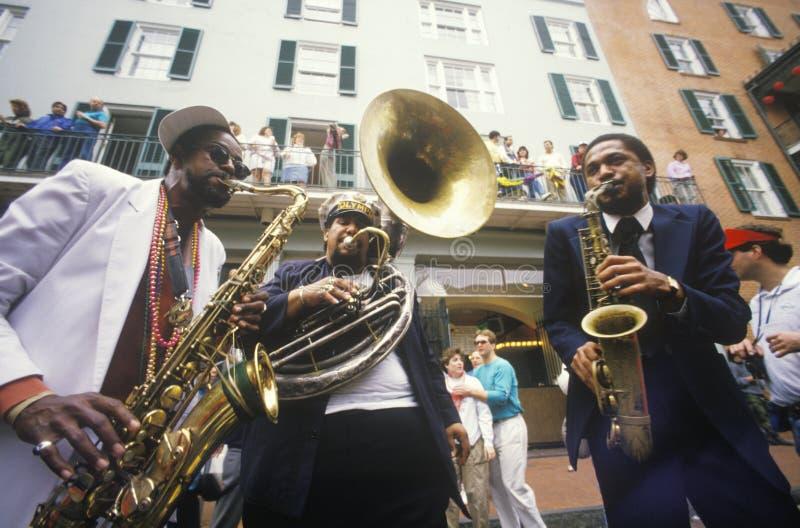 Μουσικοί της Jazz που αποδίδουν στη γαλλική συνοικία, Νέα Ορλεάνη σε Mardis Gras, Λα στοκ φωτογραφία