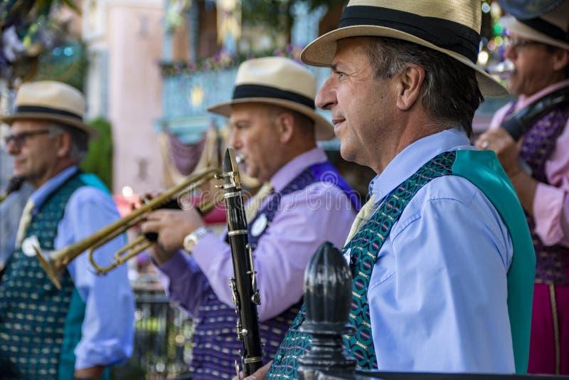 Μουσικοί του συγκροτήματος τζαζ της Νέας Ορλεάνης στην Disneyland, Anaheim, Καλιφόρνια στοκ εικόνες