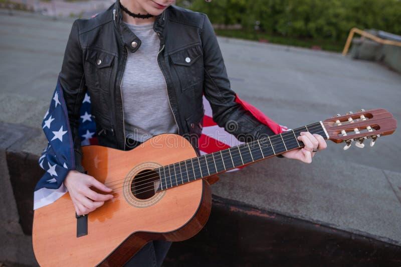 Μουσικός με τη αμερικανική σημαία που παίζει την κιθάρα στοκ φωτογραφίες