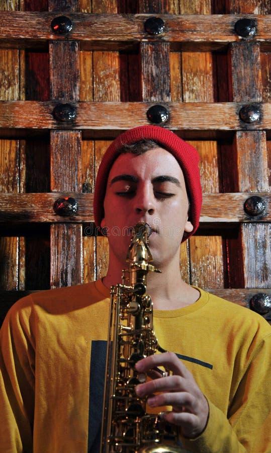 Μουσικός με το saxophone του στοκ εικόνα με δικαίωμα ελεύθερης χρήσης
