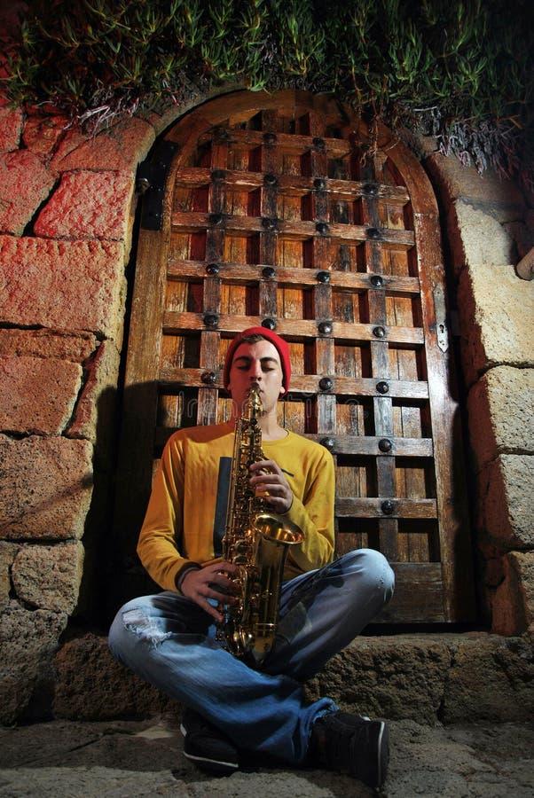 Μουσικός με το saxophone του στοκ εικόνες