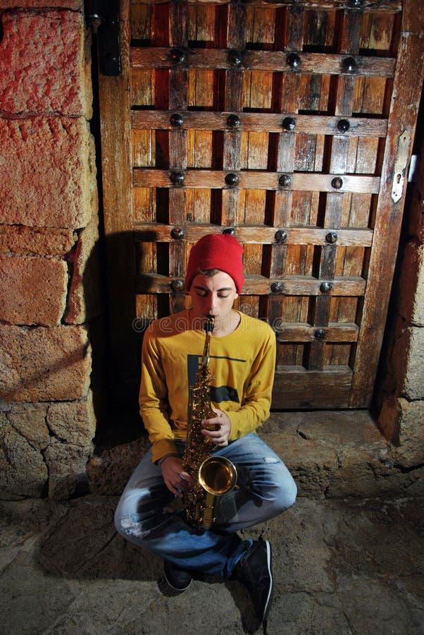 Μουσικός με το saxophone του στοκ φωτογραφία