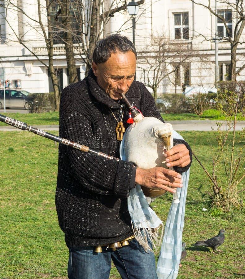 Μουσικός οδών στο τετράγωνο στο κέντρο της Sofia στη Βουλγαρία στοκ φωτογραφία