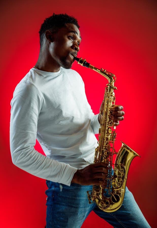 Μουσικός τζαζ αφροαμερικάνων που παίζει το saxophone στοκ φωτογραφία με δικαίωμα ελεύθερης χρήσης